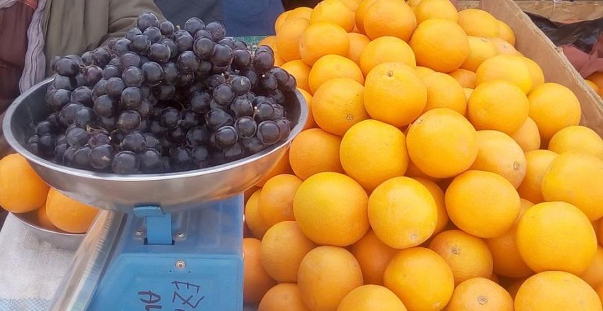 Du raisin et des oranges exposés à la foire agricole des maraîchers d'Agadez