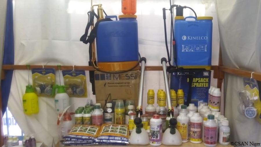 Pesticides et materiels de tratement trouvés sur un marché de Niamey