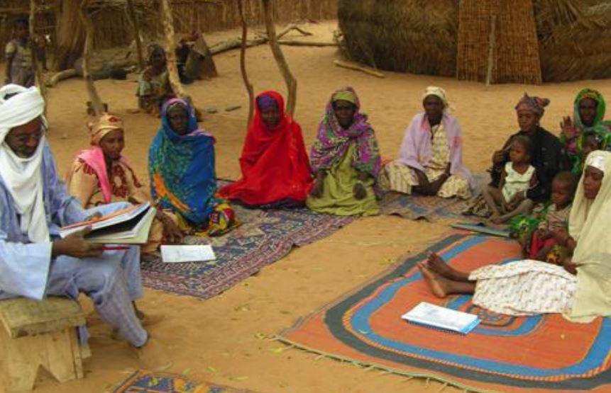 groupement de femme suivant de cours dans un champ ecole