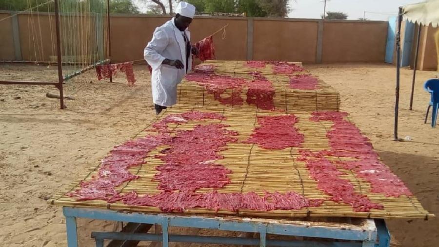 Transformation de la viande en kilichi par un producteur dans la region de Maradi