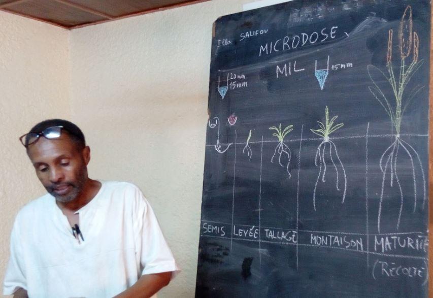 Le formateur, Dr Illa Salifou lors de la formation en microdosage d'engrais dans la salle de réunion de la mairie de Hamdallaye