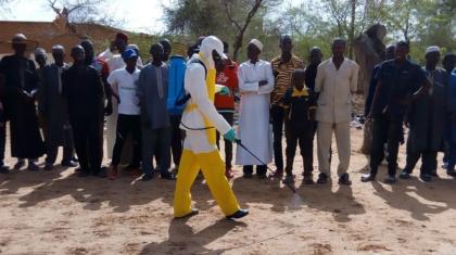 Agriculteur portant l'habillement de brigadier phytosanitaire lors d'une formation à Hamdallaye