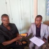 Enchanges entre un membre du cabinet bac avec un producteur de mais jaune à Maradi