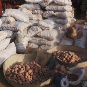 Sacs de pomme de terre exposés lors de la foire d'Agadez à la place Toumo de Niamey